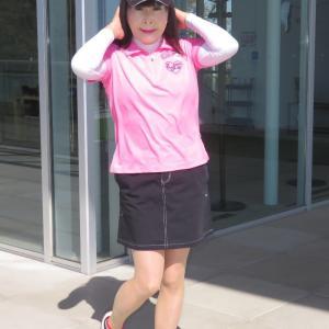 ピンクのポロシャツに黒のミニスカ・ゴルフ(1)