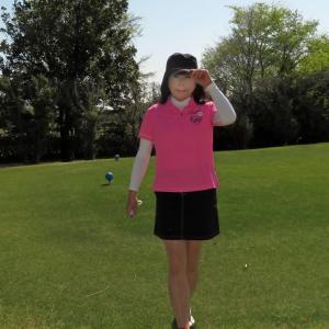 ピンクのポロシャツに黒のミニスカ・ゴルフ(2)