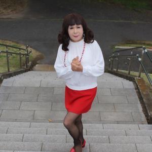 白のブラウスに赤のタイトスカート(2)