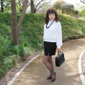 ホワイトブラウスに黒タイトスカート(1)