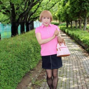 ピンクのポロシャツに黒のミニスカ(1)