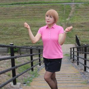 ピンクのポロシャツに黒のミニスカ(2)