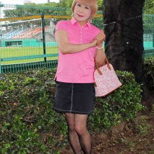 ピンクのポロシャツに黒のミニスカ(3)
