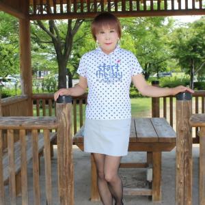 水玉模様のポロシャツにグレーのミニスカート(1)