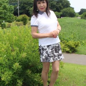 白のポロシャツにモノトーン柄ミニスカート(2)