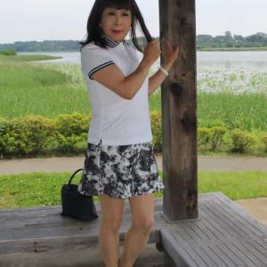 白のポロシャツにモノトーン柄ミニスカート(3)