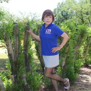青色ポロシャツにグレーのミニスカート(1)