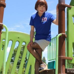 青色ポロシャツにグレーのミニスカート(2)
