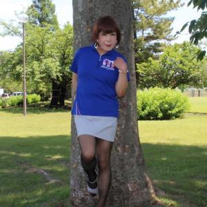青色ポロシャツにグレーのミニスカート(3)