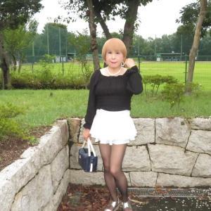 黒のトップスに白のマイクロミニフレアースカート(1)