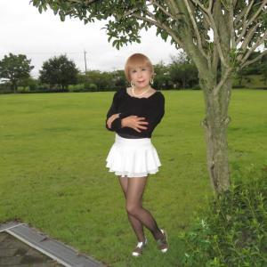 黒のトップスに白のマイクロミニフレアースカート(2)