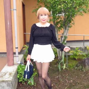 黒のトップスに白のマイクロミニフレアースカート(3)