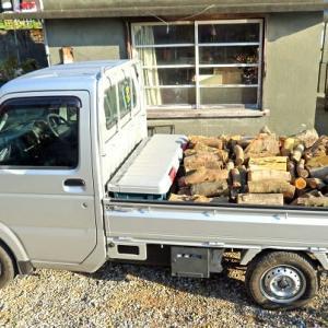 薪を神社に運ぶ準備
