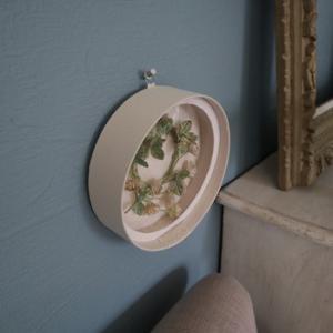 レッスン作品・シロツメクサの花冠を収納&ディスプレイする丸箱