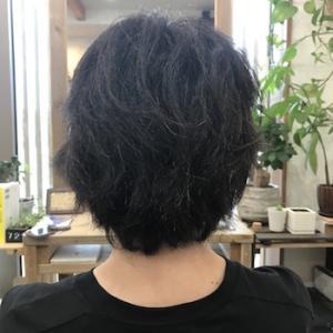 くせ毛の動きをカットで抑える