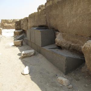 メンカウラーの葬祭殿~加工された黒い石ブロック~