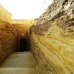 サッカラ~聖牛アピスを埋葬した巨大地下墳墓のセラペウム~