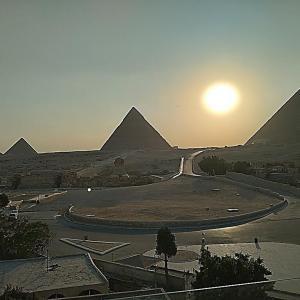 夏至の日・ピラミッドに沈む美しい夕陽
