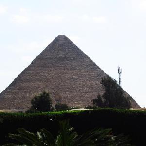 逆さピラミッドが映るガーデンテラスのカフェレストラン@メナハウス