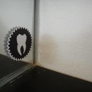 たまに見かける歯の絵って?! ý nghĩa vẽ chiếc răng trên tường là gì?