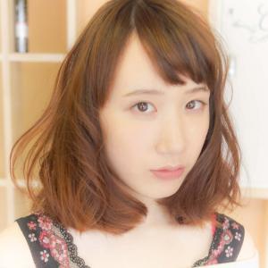 オン眉バングでかわいくエアリー感ある大きめ巻き髪モデル:大濱萌