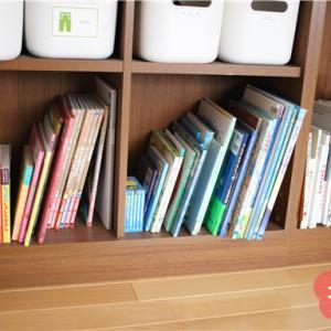 子どもが自分で整理できる絵本棚。「赤っぽい色」「青っぽい色」「白」の3つに分けました。
