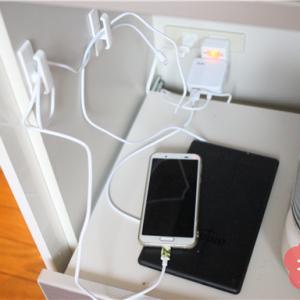 充電ステーションは、キッチンにあると便利。カーテン用のフックを使えばコードが邪魔になりません。
