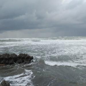海は大荒れで、