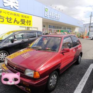 尼崎市南津8丁目にあるドラッグストアの駐車場に、今ではすっかり見掛けなくなってしまったフォード・フェスティバが停まっていた。