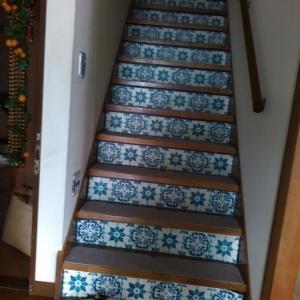 たった2500円で暗い階段がよそんちみたい!モロカン風リメイク