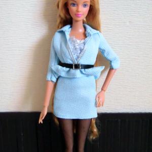 ジェニー服のミニスカスーツをバービーに