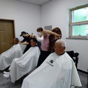 春川(チュンチョン)でひと月に一回開くお年寄りのための理髪店