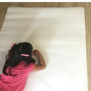 ロール画用紙で自宅造形遊び