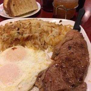 最近の朝食ーシュニッツェル、ステーキなどなど