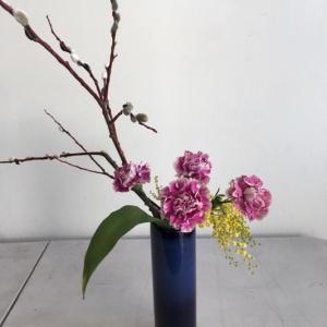 マグノリアにミモザをあしらった生け花