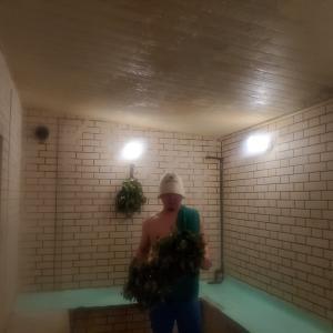 フレッシュヴィヒタを使うサウナマスターのウィスキング 大阪夏至祭 in 八尾グランドホテル