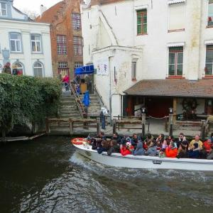 ベルギー ブルージュ 運河クルーズ 乗り場 料金 大人一周=10ユーロ 30分間 10時〜18時 おじいちゃんの船長さんの横に座る!