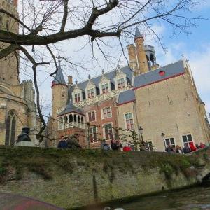 グルートゥズ博物館 Gruuthuse Museum  聖母教会 Onze-lieve-vrouwekerk ブルージュ 運河クルーズの舟から見上げる博物館と教会の尖塔♪
