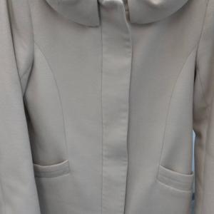 オーバーコートの袖についた泥汚れ