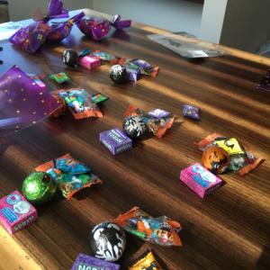 もうすぐハロウィン!お菓子の袋詰め