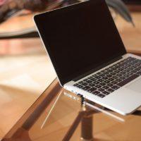 机の上をすっきり パソコン配置の工夫 在宅ワーク