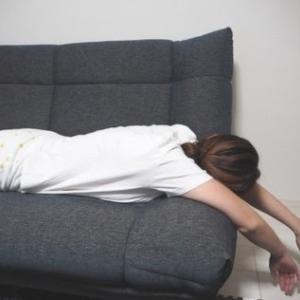 「脊柱管狭窄症」を防ぐためには、腹ばいや横向き寝はNGだそうです