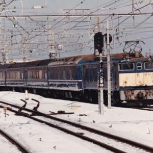 古いアルバムからEF64牽引の20系寝台車と「SL善知鳥号」のD51498