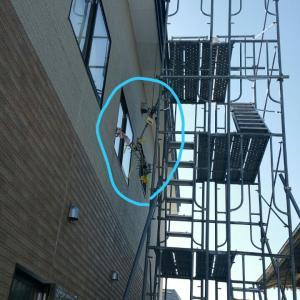 【アンテナ工事】湯沢市内賃貸物件でアンテナ立て直し。アンテナがぶら下がっているとご依頼です。