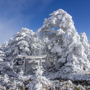 ガスと青空・初冬の八剣山(奈良県)