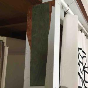 柱に貼ったリメイクシートをはがす。