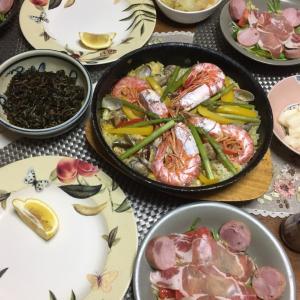 シーフードパエリア、生ハムのサラダ、野菜のポトフ