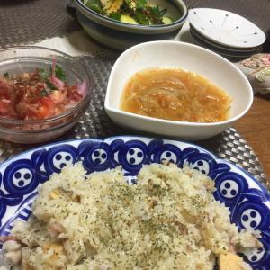 シーフードピラフ、千切り野菜のスープ、トマトのサラダ