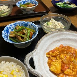 トマトと卵のエビチリ、ニンニクの芽と竹輪の炒め物、コーンご飯、アボカドと豆腐のサラダ