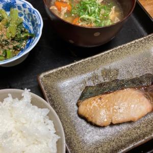 シイラの照り焼き、豚汁、小松菜のゴマ和え